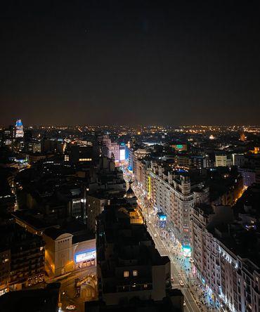 Fotografia de la Gran Via durante nuestra salida de noche por Madrid