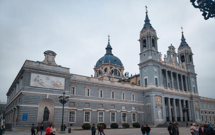 Veure la Catedral d'Almudena es un dels consells per visitar Madrid low-cost