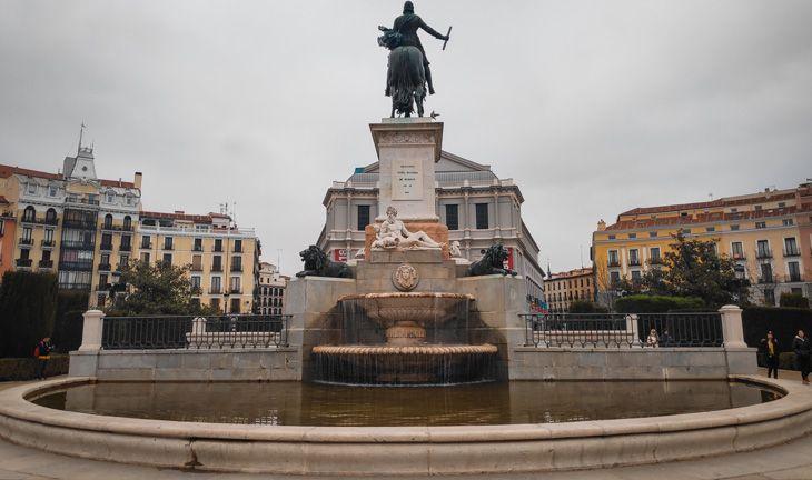 Fuente delante del palacio real de madrid