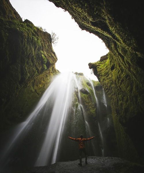 ponerse debajo la cascada gljufrafoss es algo imprescindible en tu viaje a Islandia en 10 dias