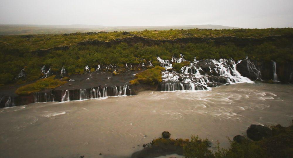 como llegar a la cascada hraunfossar de islandia