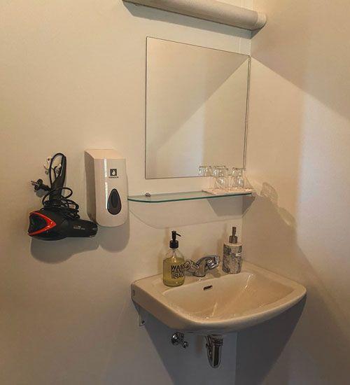 en tu guesthouse de Islandia dispones de un pequeño lavabo en tu habitación