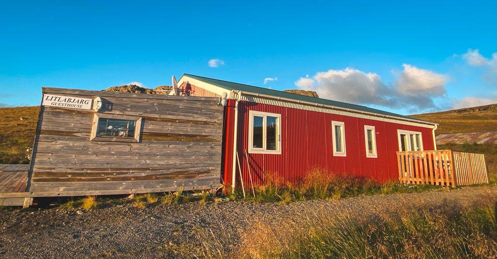 Alojarse en la zona del norte de Islandia no es fácil, nosotros nos desviamos un poco hasta Litlabjarg