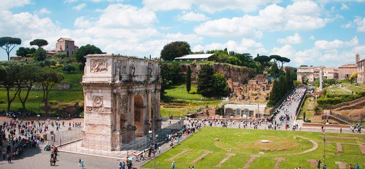 Arco de Constantino en las afueras del Coliseo Romano