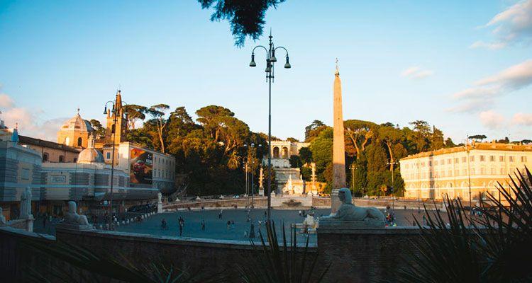 Piazza del Popolo de Roma con el obelisco en el centro