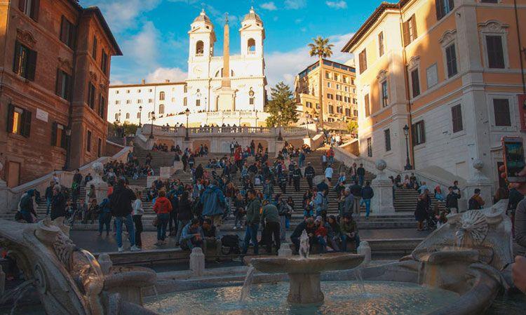 Plaza de España de Roma con la escalinata llena de gente